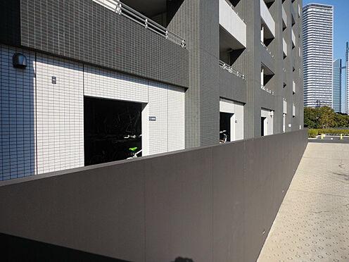 中古マンション-中央区晴海5丁目 駐車場スロープ越しの駐輪場