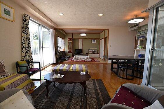 リゾートマンション-熱海市熱海 ごらんのように和室のある壁、襖を取り払ってあり、一体感のある空間です。