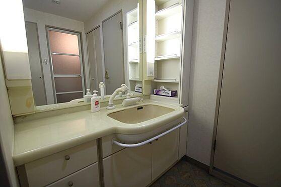 中古マンション-熱海市林ガ丘町 洗面室にはトイレ、洗濯機置場が併設しています。大きな洗面台が特徴的です。