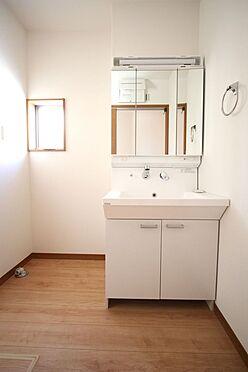 新築一戸建て-大和高田市大字有井 大型の洗濯機も無理なく設置できる広さを確保。洗面台は便利なシャワー付きです。(同仕様)