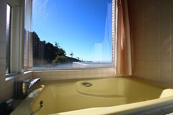 中古マンション-田方郡函南町平井 戸別に温泉を堪能出来るビューバス。太陽の日差しを受けながらの入浴は気持ちよさそうです。