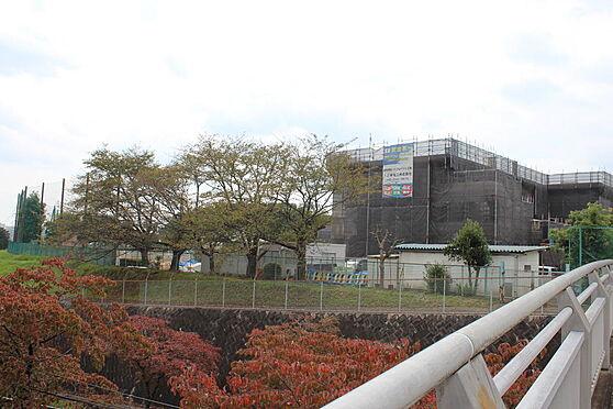 マンション(建物一部)-八王子市久保山町1丁目 住宅地に隣接した石川中学校。落ち着いた環境です。