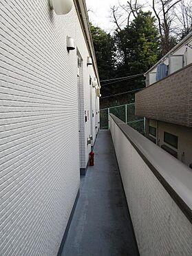 アパート-横浜市港南区最戸2丁目 白を基調とした爽やかな色合いの共用廊下。
