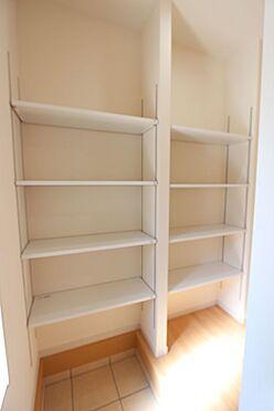 戸建賃貸-北葛城郡広陵町大字南郷 シューズクロークの棚は可動式。お好きなレイアウトでご利用下さい。(同仕様)