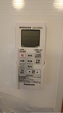 新築一戸建て-大和高田市大字有井 雨の日のお洗濯に役立つ浴室乾燥機。浴室のカビ予防にも活躍します。(同仕様)