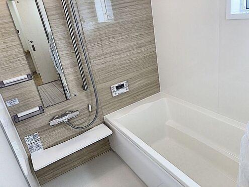 新築一戸建て-知多郡東浦町大字石浜字須賀 足を伸ばしてゆっくりくつろげる浴槽サイズです。滑りにくい設計で、お子様とのお風呂も安心です