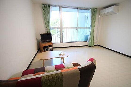 中古マンション-熱海市春日町 室内3:室内はワンルームの為広々としており開放感がございます。クロスも張替済。