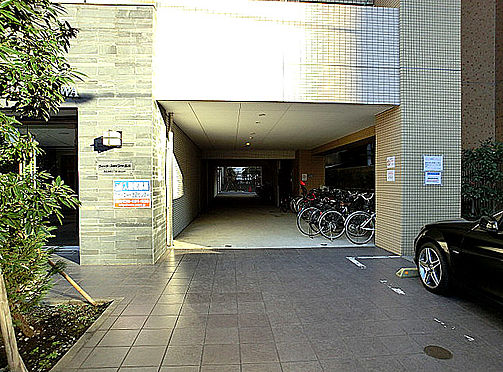 中古マンション-港区港南3丁目 駐輪場出入口を撮影しました。駐輪場は屋内と屋外に分かれます。