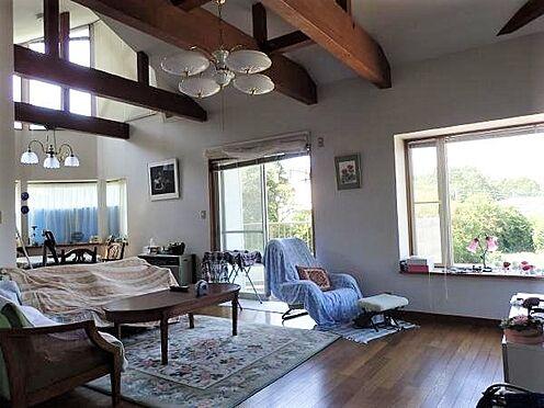 中古一戸建て-田方郡函南町平井 【リビング】天井を高くとり、一日中明るいリビング。別荘として無駄のない間取りと空間造り。