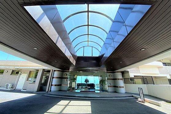リゾートマンション-熱海市上多賀 エントランス:バブル期に建設されたため豪華にデザインされたファサード。オーナー様をお出迎えします。