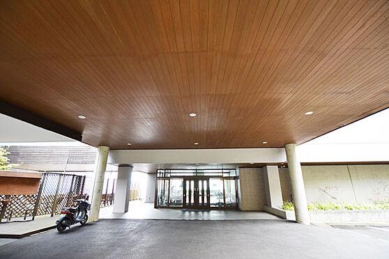 リゾートマンション-熱海市熱海 玄関エントランスです。正面のドアを抜けるとフロント受付があります。