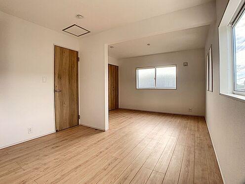 新築一戸建て-みよし市三好町陣取山 7.75帖の洋室にはテレワークスペースになるカウンターが付いています。書類やパソコンや作業道具を置く場所が特定されるため、家の中が散らかりににくくなるメリットもあります♪(こちらは施工事例です)