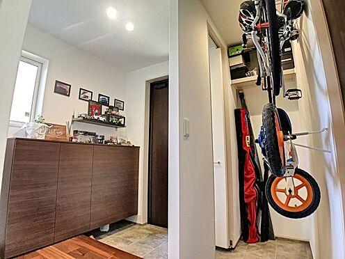 戸建賃貸-蒲郡市大塚町広畑 ベビーカーや泥のついたおもちゃをしまうのに便利な玄関収納付き♪キャンプ用品やサーフィン道具もしまえる多趣味なご家族にもぴったり。
