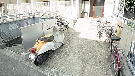マンション(建物一部)-神戸市東灘区御影中町6丁目 バイク、駐輪場もあり、駅までの移動が便利です。