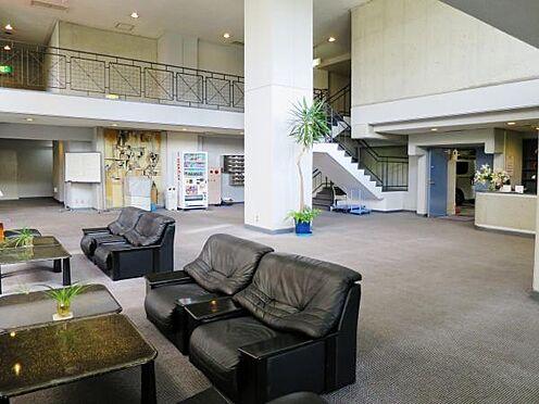 中古マンション-熱海市熱海 マンション1階のロビーの風景。建物自体は西館と東館に分れており、対象不動産は西館です。