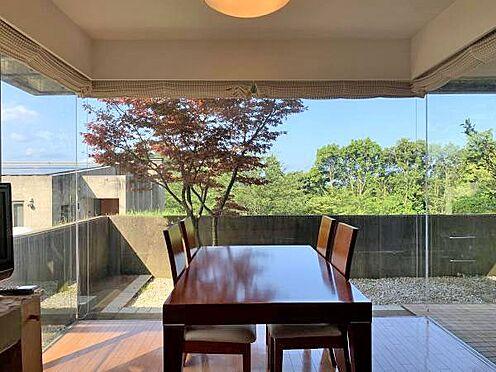 中古マンション-伊東市富戸 ≪リビング≫ 三面ガラス張りのおしゃれな造りになっています。