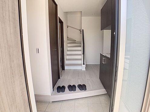 戸建賃貸-西尾市吉良町木田祐言 清潔感溢れる玄関、収納豊富で家族全員分の靴をしっかり収納できます!