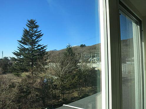 店舗付住宅(建物全部)-北佐久郡軽井沢町大字長倉 2階西側の洋室からは浅間山を眺めることができます。