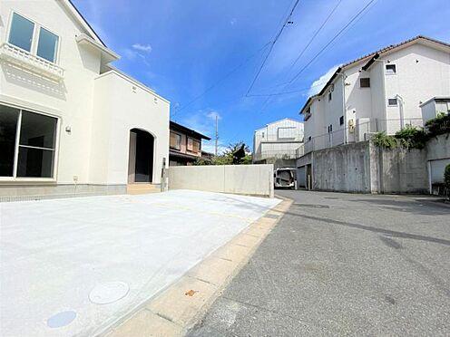 中古一戸建て-日進市岩崎町野田 前面道路は約6m有り、車の出し入れも安心です。