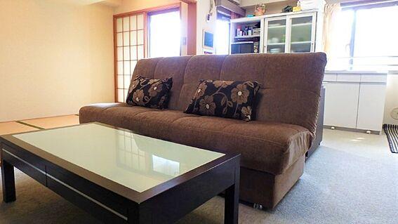 リゾートマンション-熱海市伊豆山 約11.0帖のリビングダイニングのようすです。西側からの暖かい陽射しを受けます。