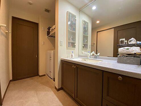 中古マンション-名古屋市名東区植園町1丁目 大きな鏡のある広い洗面台。朝の身支度もゆったり行えます。
