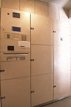 区分マンション-港区三田3丁目 1階共用部には宅配ボックスが設置されているので、不在時も宅配便の受け取りが可能です。