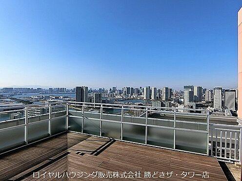 中古マンション-江東区東雲1丁目 屋上には「スカイデッキ」。ウッドデッキが心地よい展望テラスは東京を一望。天空の特等席です。