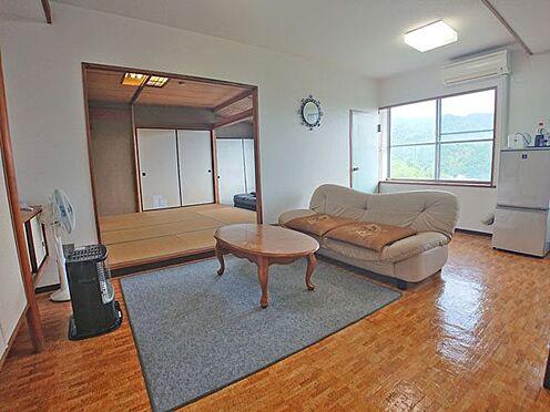 中古マンション-伊東市岡 リビングダイニングスペースはシンプルに纏まっております。