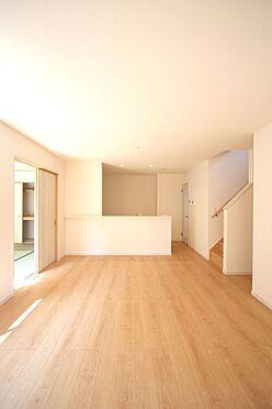 新築一戸建て-北葛城郡広陵町大字笠 ご家族との会話を楽しみながらお料理を楽しめるカウンターキッチンのあるリビング。和室と合わせて24帖の大きなお部屋です。