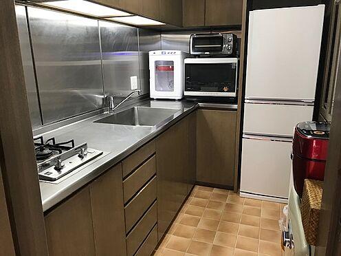 区分マンション-港区三田5丁目 システムキッチン完備、造り付けの食器棚もあります。