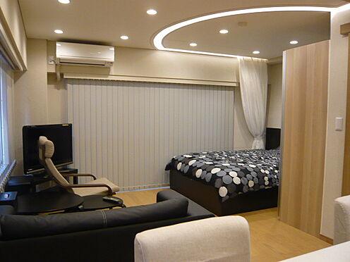 中古マンション-文京区本郷3丁目 ベットルーム天井に折上げ式のLEDダウンライトを設置。家具・小物類は販売価格に含まれます