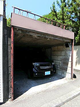 戸建賃貸-横須賀市鶴が丘1丁目 シャッター付の駐車場(幅:約2.8m、奥行:約5m、高さ:約2m