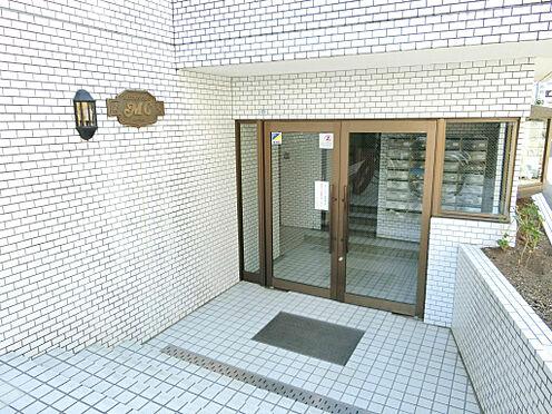 マンション(建物一部)-東村山市栄町2丁目 綺麗な白タイル貼りのエントランス