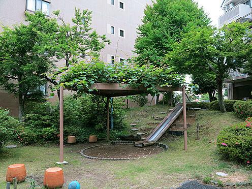 中古マンション-八王子市別所2丁目 近くに公園があるため、安心してお子様を遊ばせることができます。