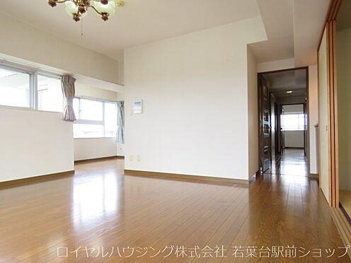 中古マンション-稲城市長峰3丁目 廊下からリビングを経てダイニングに入るため、お客様にしょく