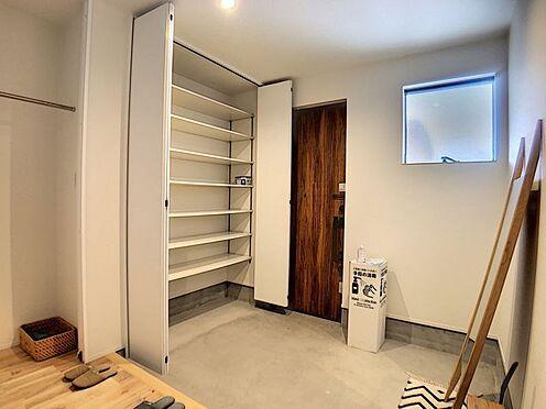 中古一戸建て-名古屋市中川区野田2丁目 収納たっぷりの広々玄関。ベビーカーなども置いても余裕の広さです。