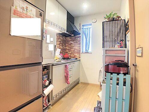戸建賃貸-碧南市尾城町4丁目 収納スペース・作業スペースが広いキッチンは奥様にうれしいポイント!