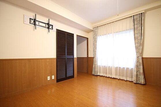 中古マンション-田方郡函南町平井 8.16帖の洋室は寝室として利用されています。吹き抜けに窓があり、採光と風通しが良いです。