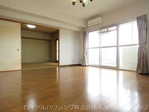中古マンション-稲城市長峰3丁目 きれいな四角形上で使い勝手の良いリビングです。6帖和室とつなげると広大な空間がとることもできます。。