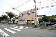 店舗と事務所・二階には1ルームが二部屋の売店舗兼共同住宅です。