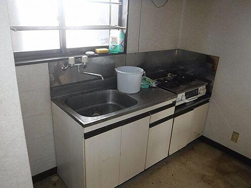 店舗付住宅(建物全部)-八街市八街に 2階アパート部分、階段上がって右側の2DKキッチンの写真です。