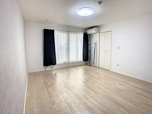 戸建賃貸-半田市亀崎高根町3丁目 約10帖の主寝室向きのバルコニーに面した洋室
