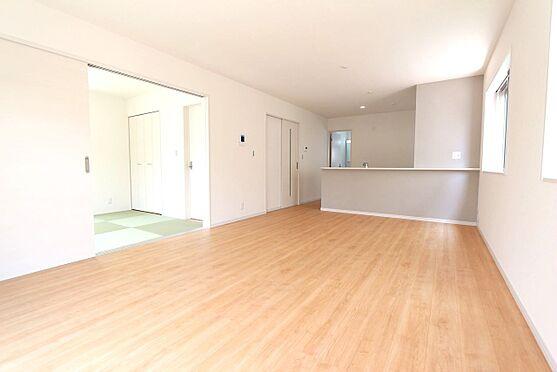 戸建賃貸-北葛城郡広陵町大字南郷 和室と合わせて24帖の大きな空間。ご家族の憩いの場にぴったりですね。お客様が大勢いらしてもゆったりおくつろぎ頂けます。(同仕様)