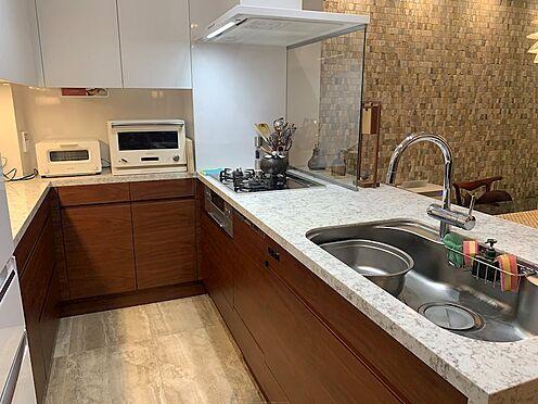 区分マンション-中央区湊3丁目 ウォールナット材、人造石フィオレストーンを使用し、優美さと機能性を両立させています。