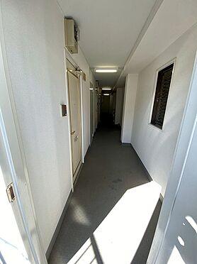 収益ビル-藤沢市本町4丁目 共用スペース。共用廊下部分クロス張替え、鉄扉新規交換