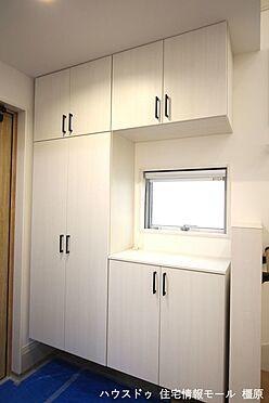 戸建賃貸-橿原市膳夫町 大容量のシューズボックスは60足程度入ります。散らかりがちな場所の整理に役立ちます