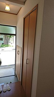 アパート-神戸市灘区大石東町6丁目 右側にシューズBOXとクローゼットがあります。