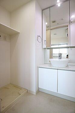 区分マンション-台東区日本堤2丁目 洗濯機置き場は、洗面室に設けております 防水パン上には洗剤などの収納に便利な棚付き