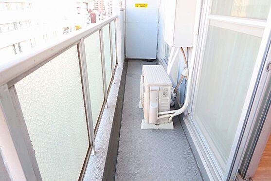 区分マンション-墨田区本所1丁目 バルコニーはしっかりと洗濯物を干せるように高さのある物干しを用意しております。横に長いバルコニーなので、沢山洗濯物があっても安心です。