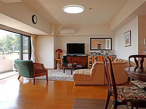 中古マンション-伊東市富戸 〔リビング〕窓も大きく南向きで日当たり良好です。